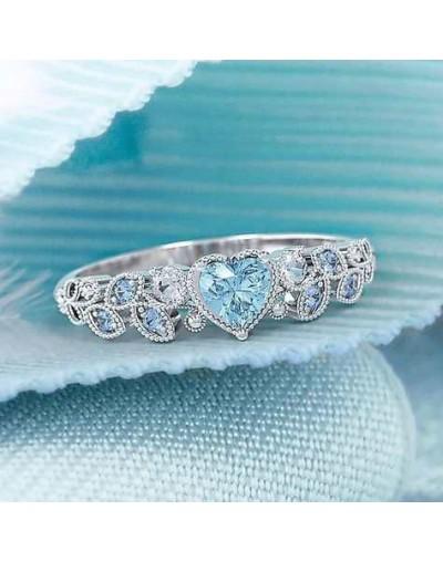 Elegante anillo de plata con piedra de corazón en blanco