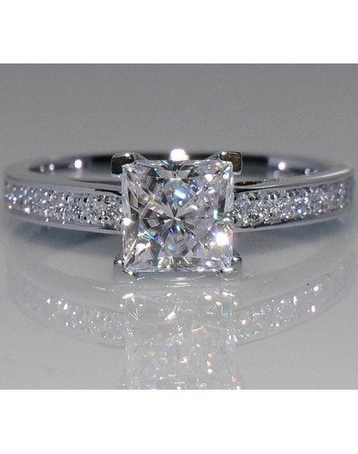 Anillo de plata con diamante de mujer
